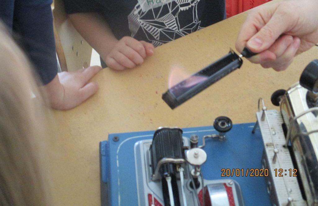 Mit einem Mitarbeiter der Hertener Stadtwerken experimentieren wir Vorschulkinder einmal im Jahr